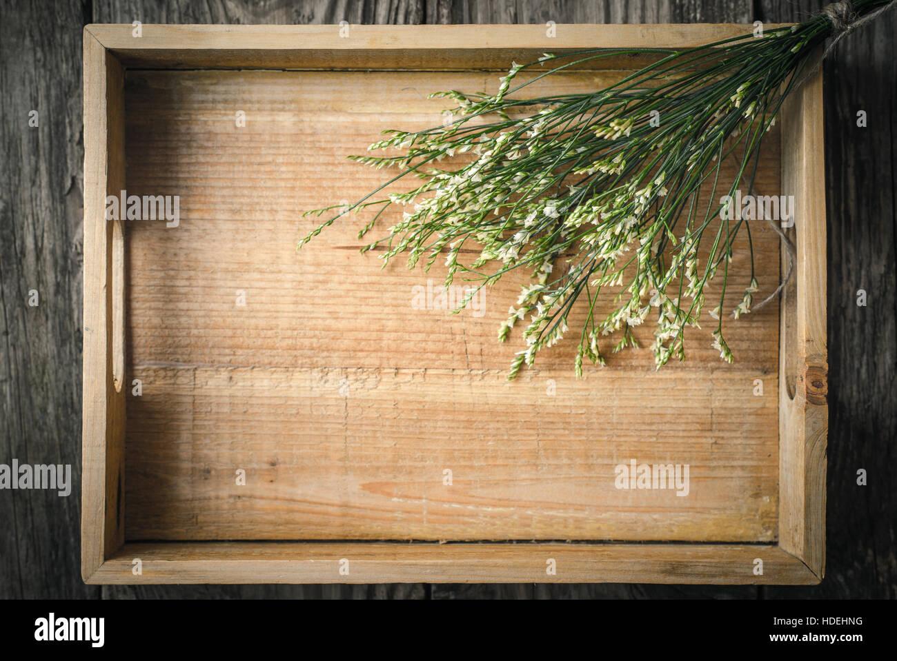 Holztablett mit Blumen Draufsicht Stockbild