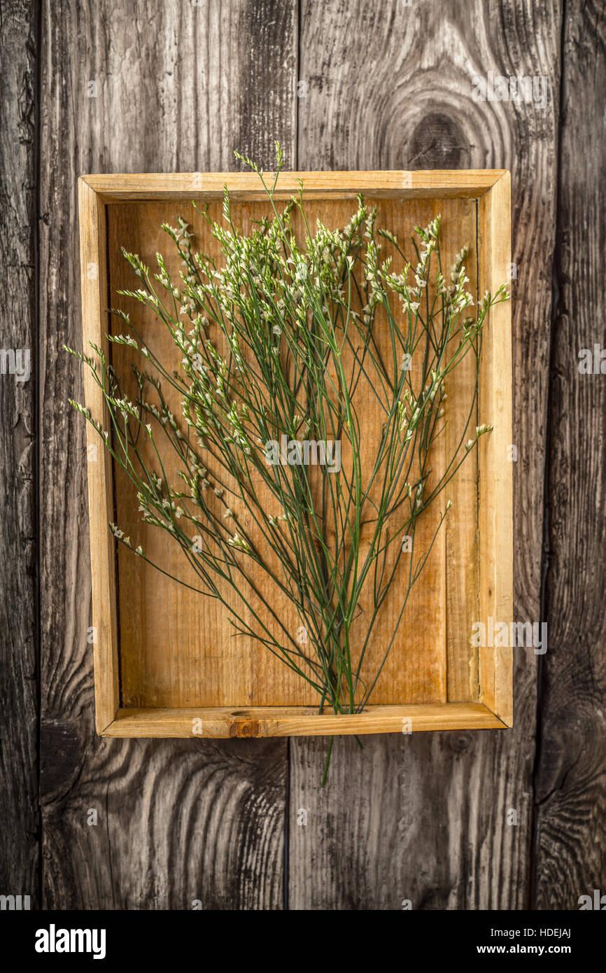 Holztablett mit Blumen vertikale Stockbild