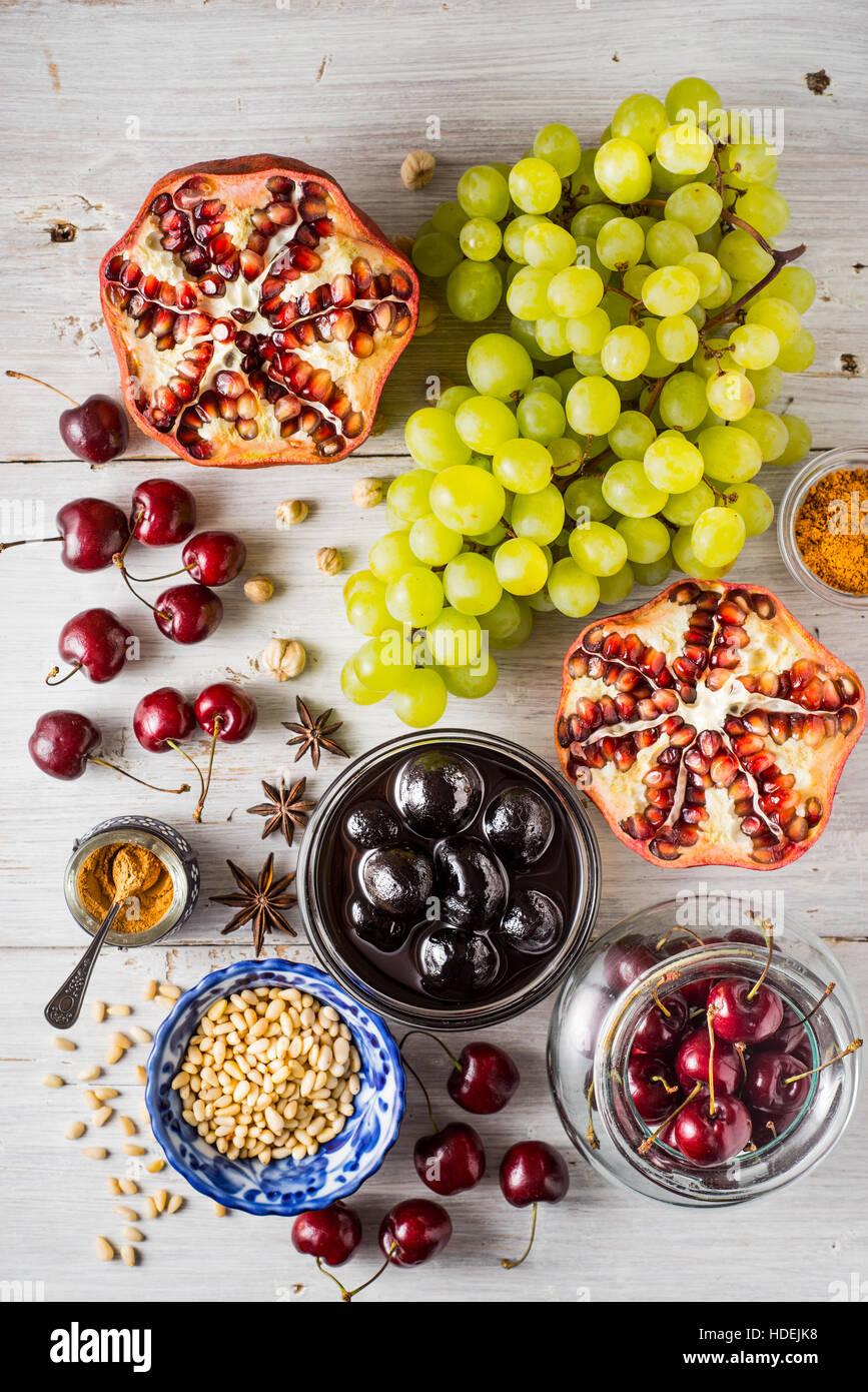 Verschiedenen Früchten und Gewürzen auf den weißen Holztisch. Konzept der orientalischen Früchten Stockbild