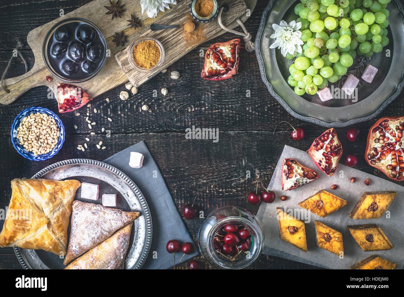 Verschiedene Süßigkeiten auf dem Holztisch. Konzept der orientalischen Süßspeisen Draufsicht Stockbild