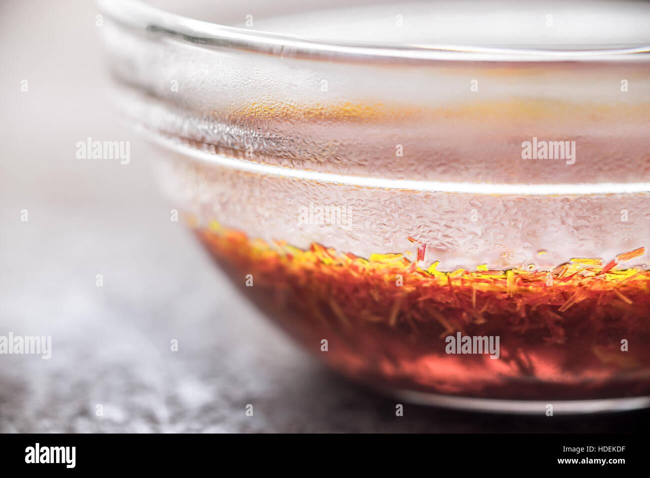 Safran in Glas Schüssel horizontal Stockbild