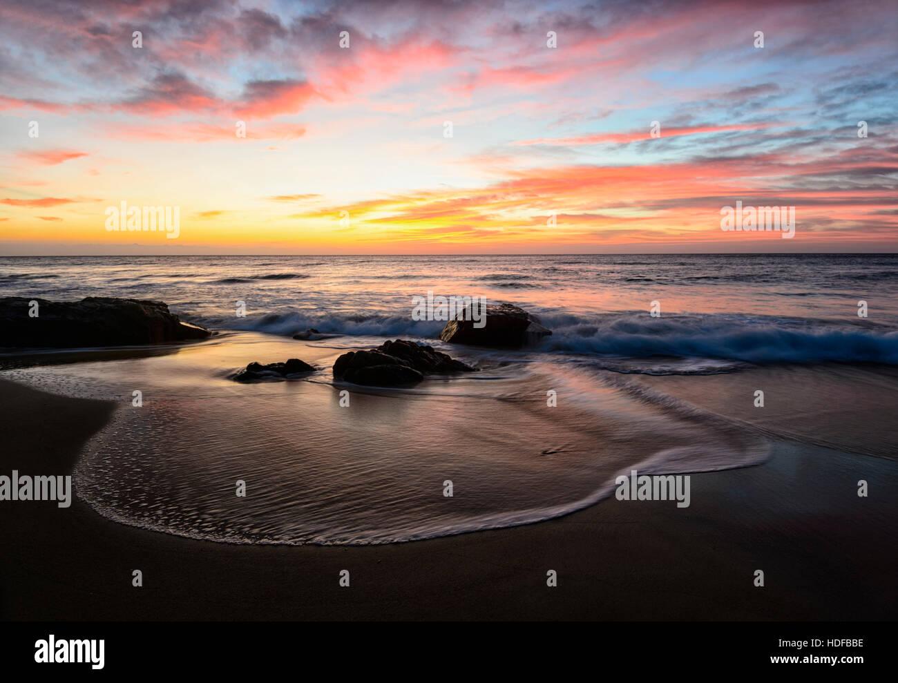 Ätherische Atmosphäre eines feurigen Sonnenaufgang am Steinbruch Strand, Mallacoota, Victoria, VIC, Australien Stockbild