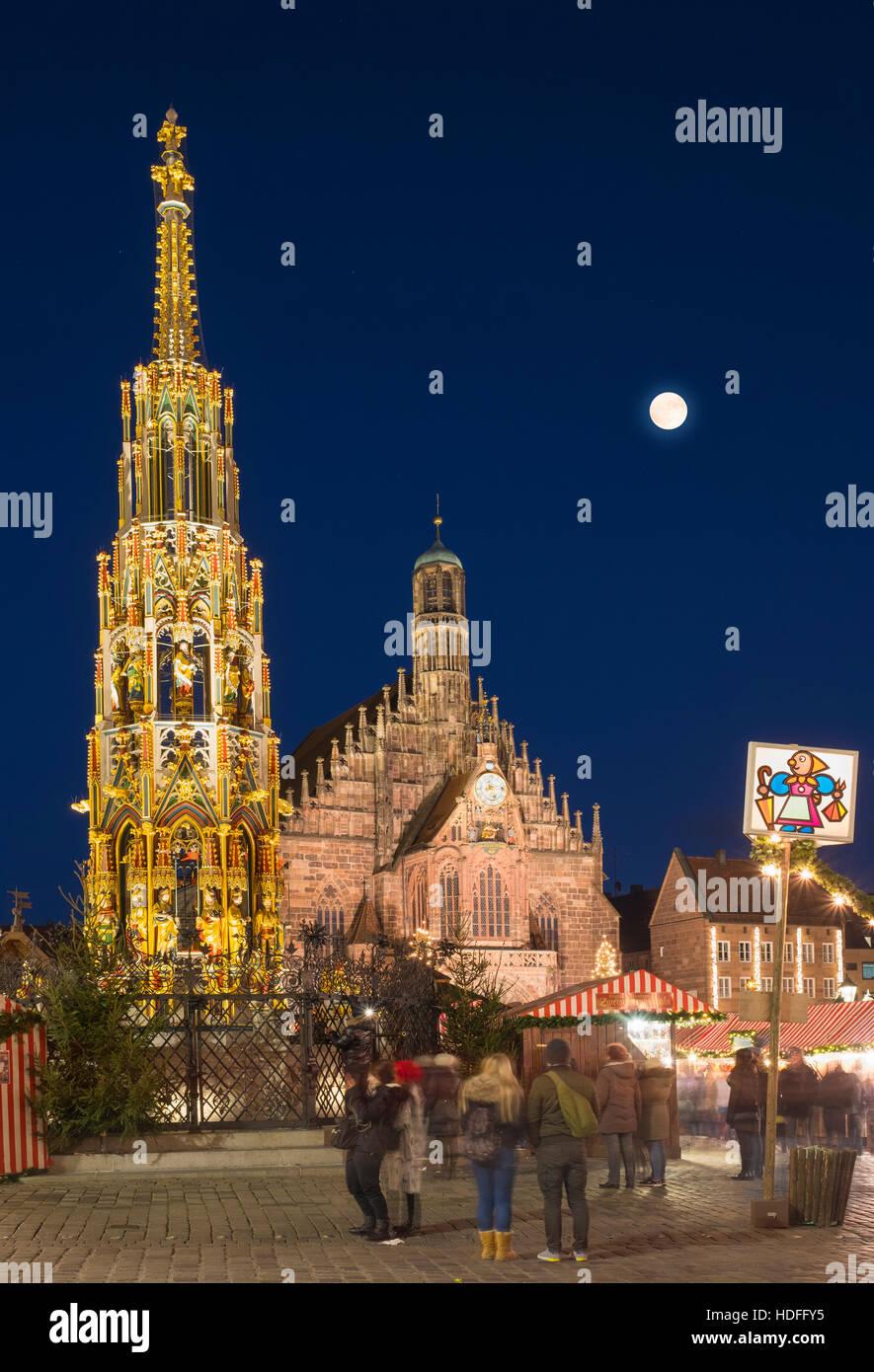 Schöner Brunnen und der Frauenkirche mit Nürnberger Weihnachtsmarkt, Vollmond, Nachtszene, Nürnberg, Stockbild