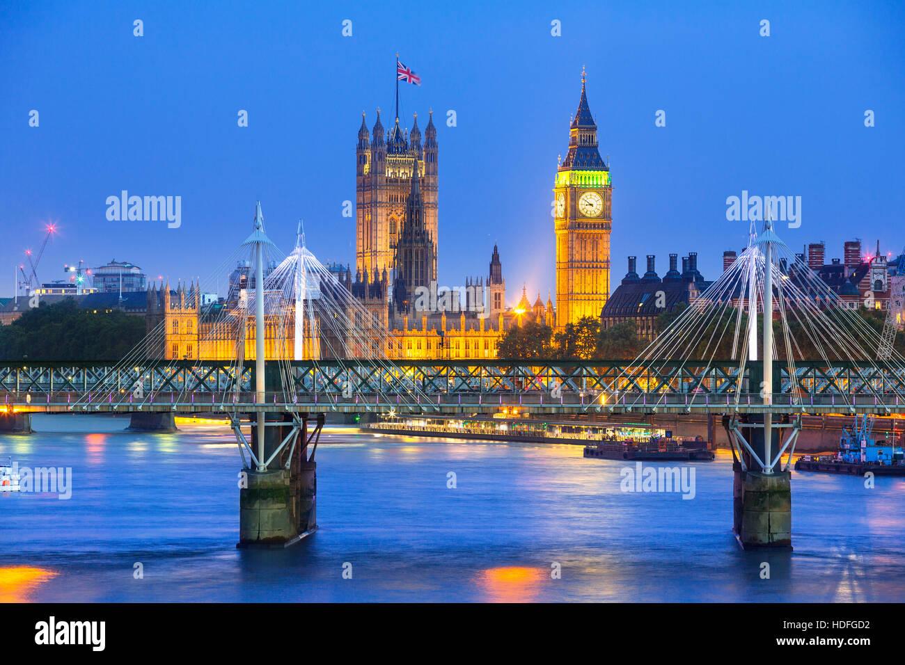 London in der Dämmerung. County Hall, Westminster Bridge, Big Ben und die Houses of Parliament. Stockbild