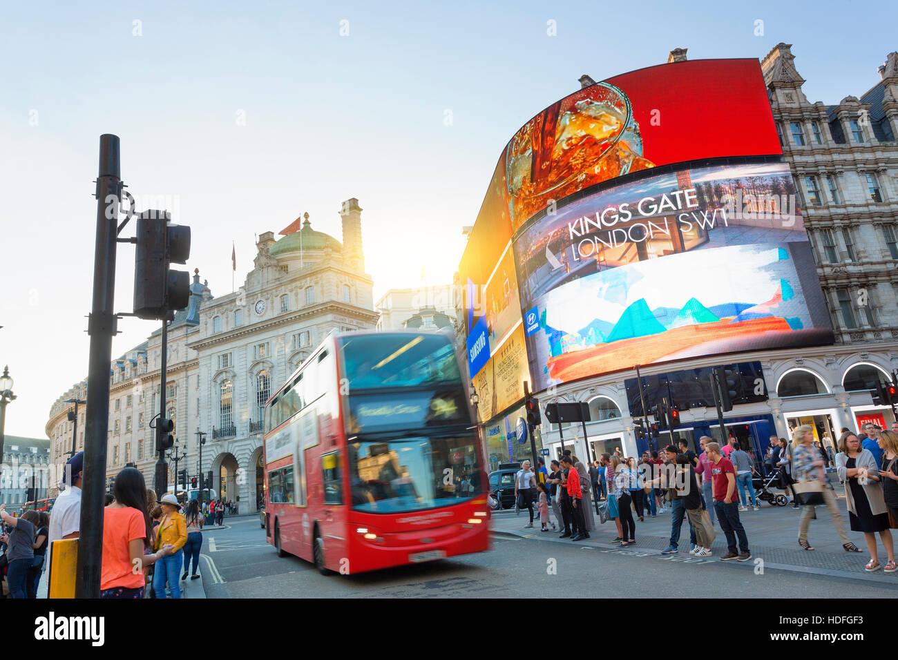LONDON - Piccadilly Circus Kreuzung überfüllt von Menschen in London, UK. Es ist ein Verkehrsknotenpunkt Stockbild