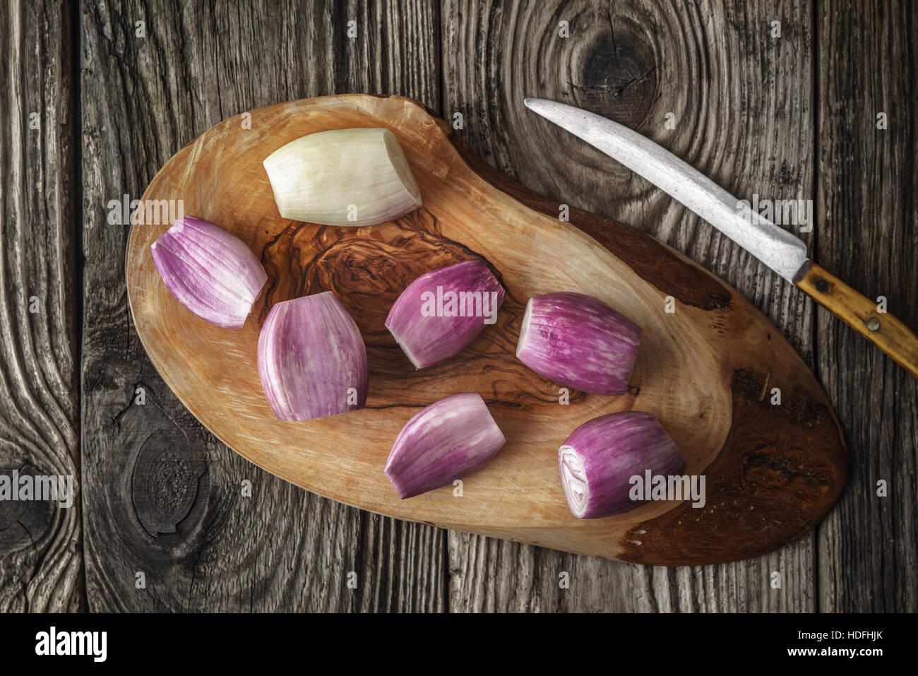 Schalotten auf dem Holzbrett mit Messer-Draufsicht Stockbild