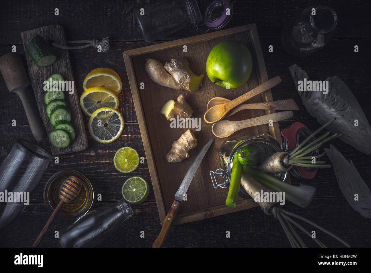 Zutaten für grünen Smoothie auf der hölzernen Tischplatte anzeigen Stockbild