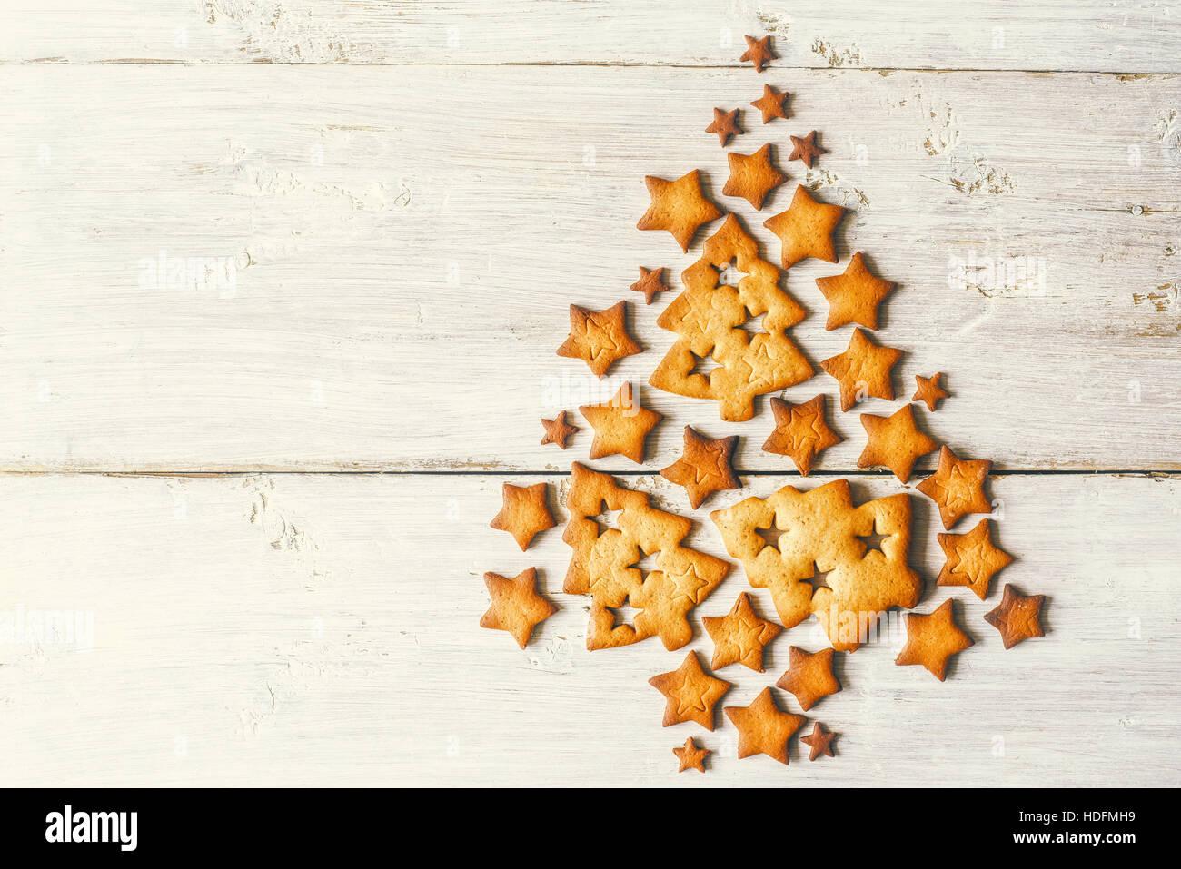 Weihnachtsbaum von Cookies auf dem weißen Holztisch gemacht Stockbild