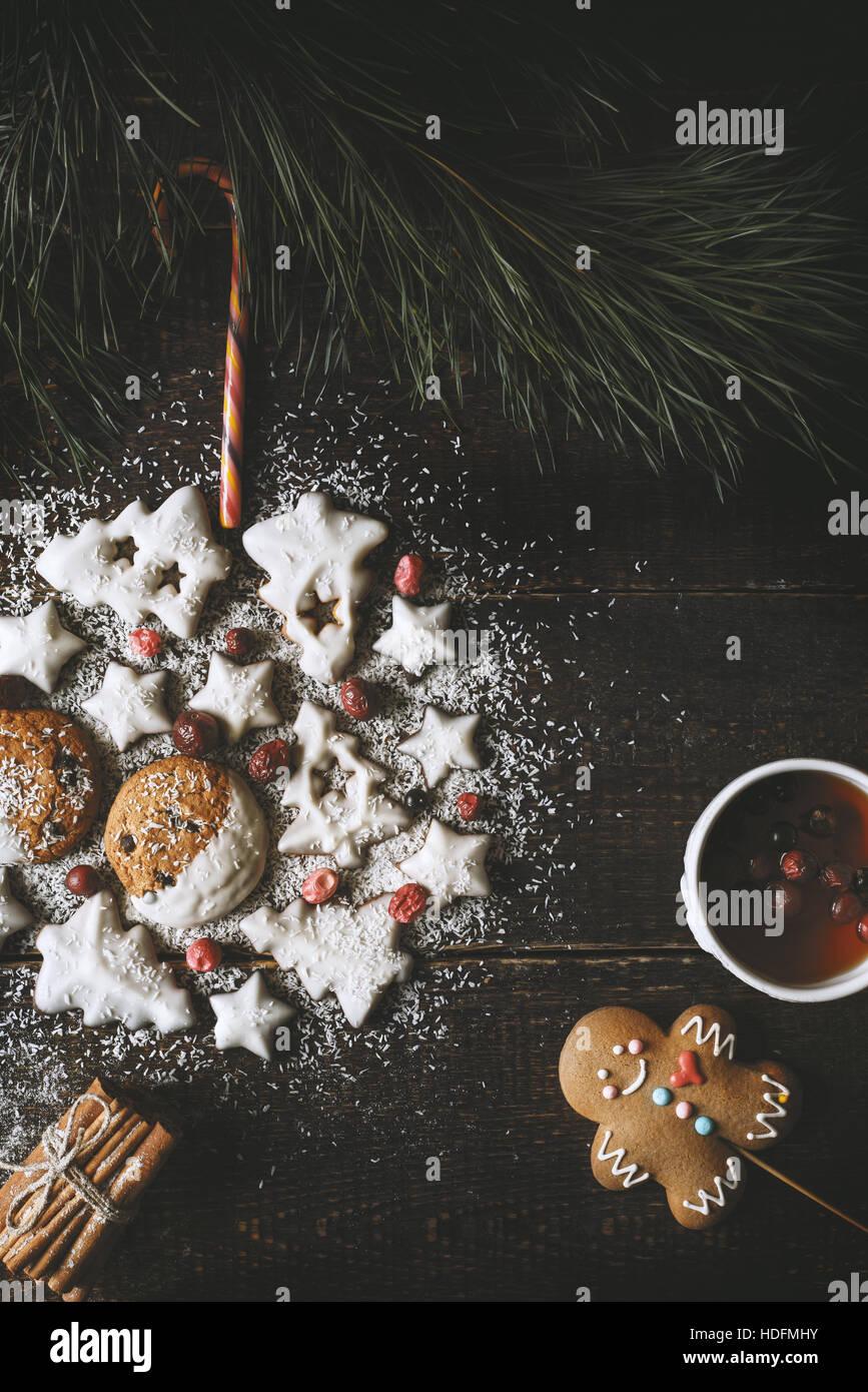 Weihnachtskugel von Cookies auf dem hölzernen Hintergrund mit Tee und Lebkuchen Mann gemacht Stockbild