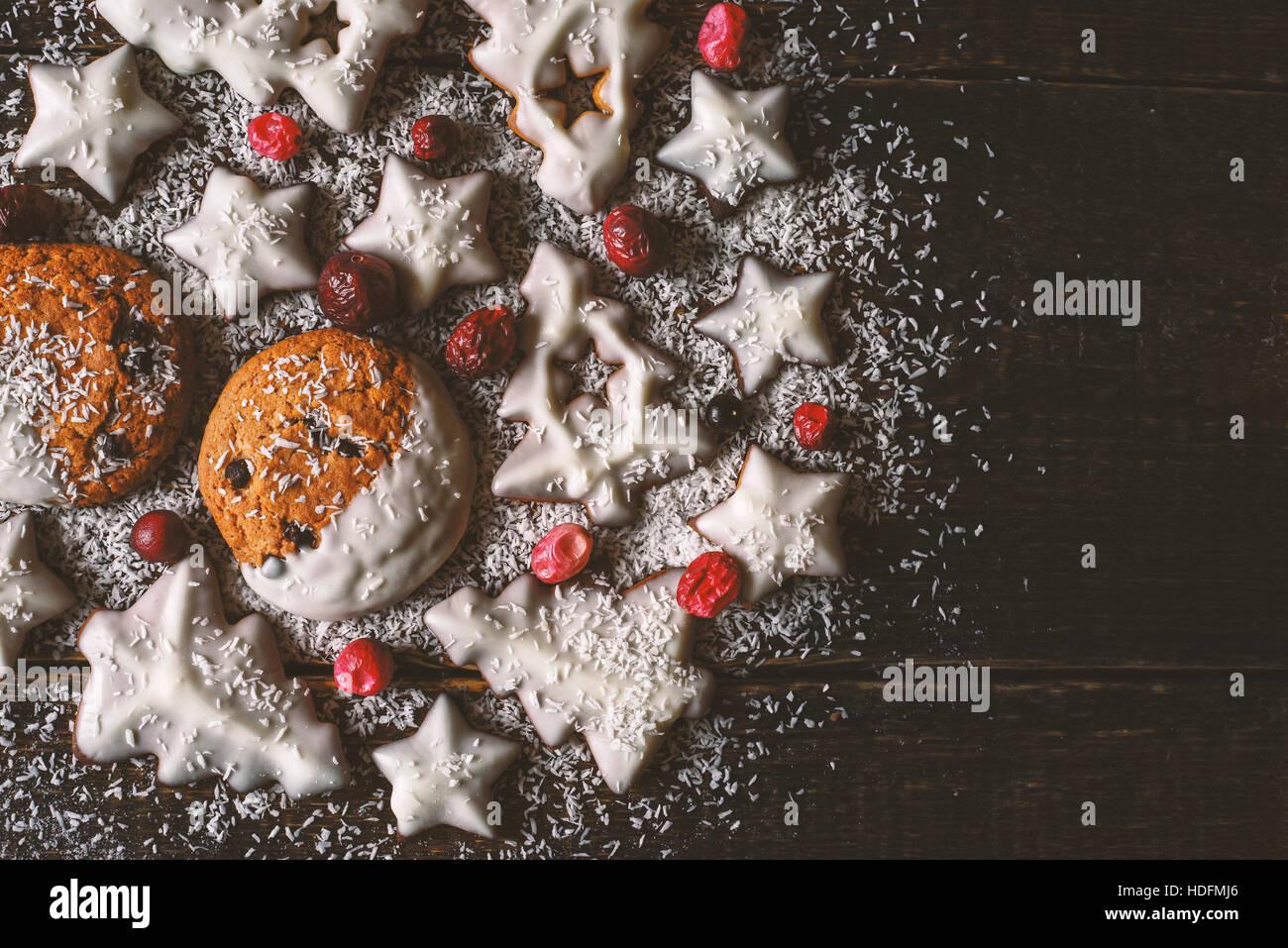 Weihnachtskugel von Cookies und Beeren in der Draufsicht aus Holz Hintergrund gemacht Stockbild