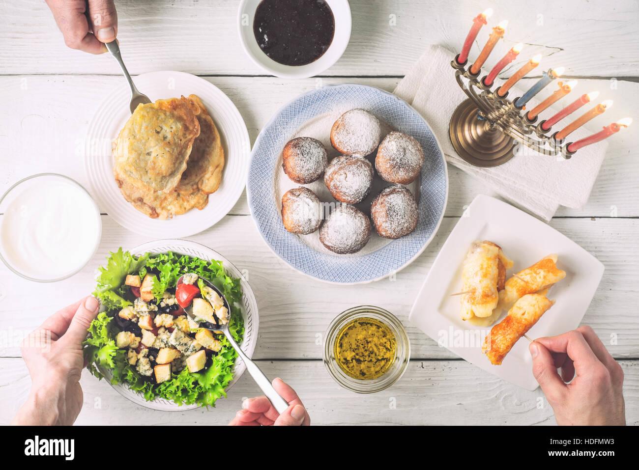 Chanukka-Abendessen mit traditionellen Gerichten, die horizontale Stockbild