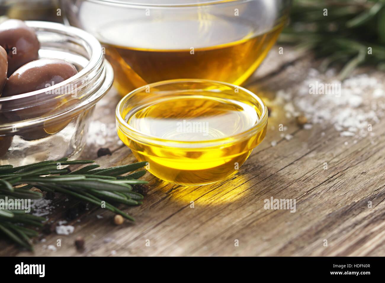 Olivenöl in der Glasschüssel auf Holztisch horizontale Stockbild
