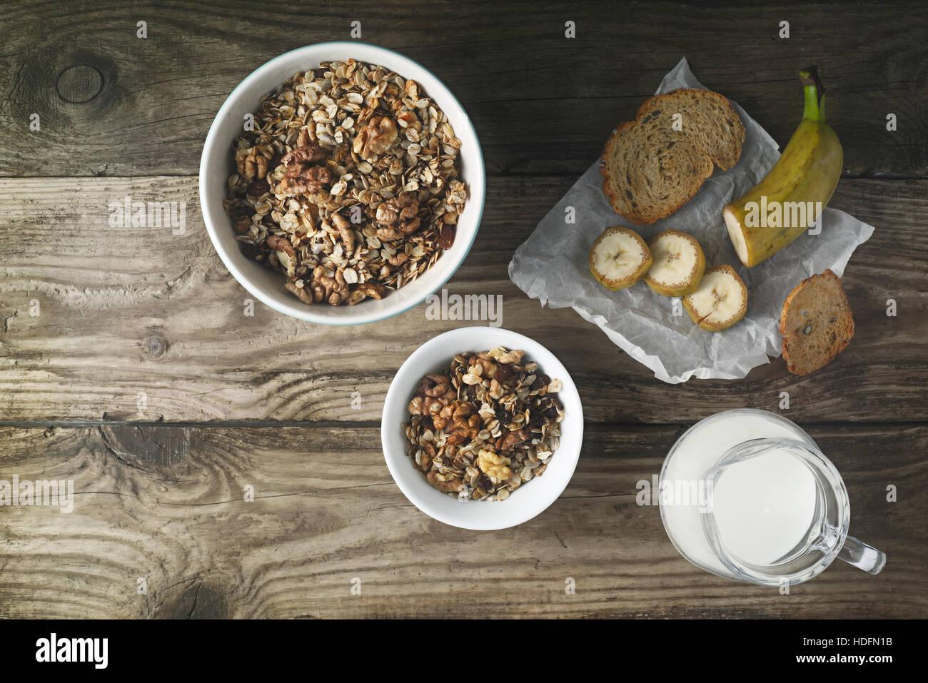 Frühstück mit Müsli auf dem Holztisch horizontale Stockbild