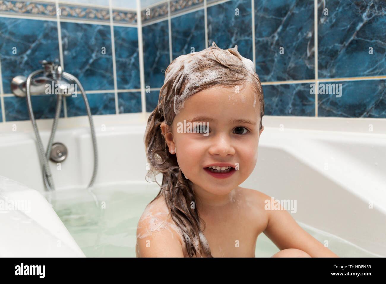 Niedliche Kleine Mädchen Wäscht Ihre Haare. Sauberen Kind Nach Dusche.  Kinder Hygiene. Kind Unter Bad. Kleines Baby In Einer Küchenspüle, Die  Haare Mit ...