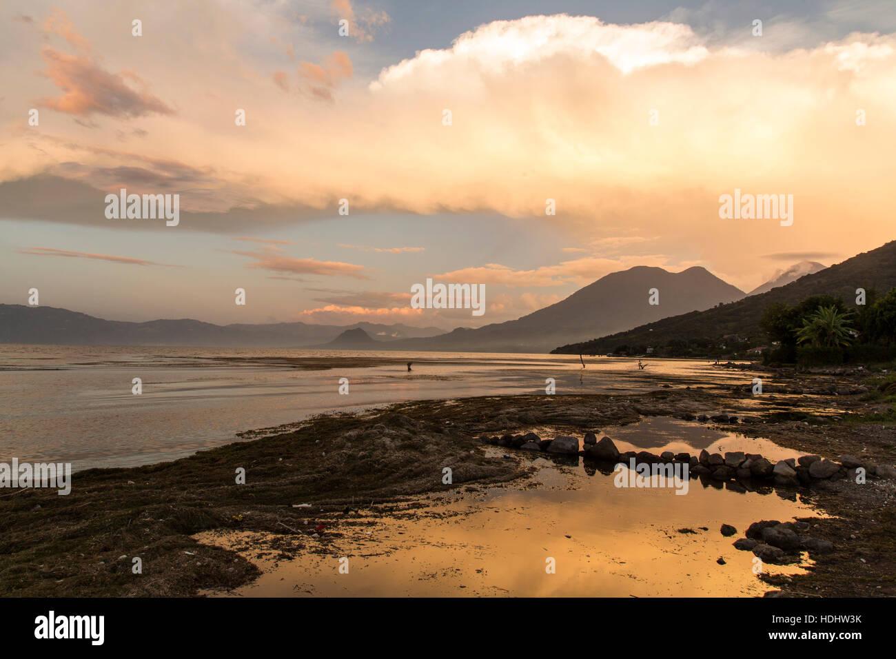 Bunte Wolken über Lake Atitlan, Guatemala bei Sonnenuntergang.  Neigung der inaktiven San Pedro Volcano auf Stockbild