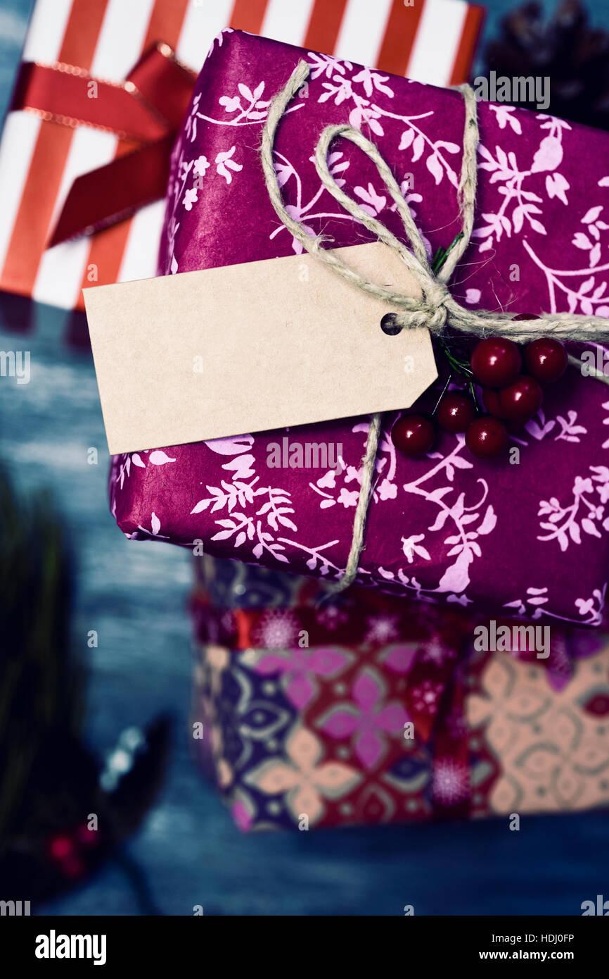 High-Angle Shot von einigen gemütlichen Weihnachtsgeschenke in ...