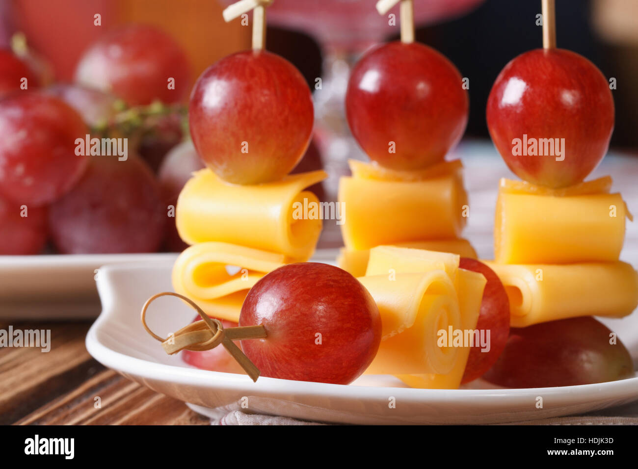 fingerfood trauben und k se auf spie e makro horizontale stockfoto bild 128873233 alamy. Black Bedroom Furniture Sets. Home Design Ideas