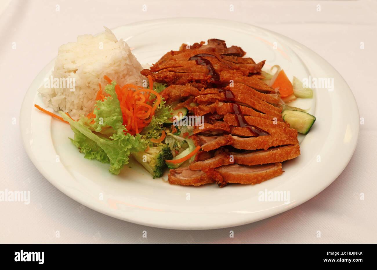 Peking-Ente Chop-Suey mit Reis und Salat aus frischer Gemüse auf ...