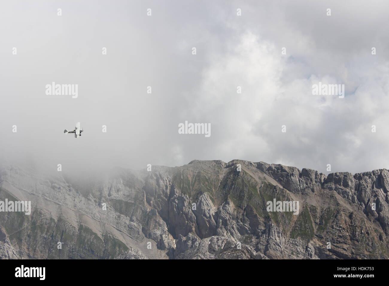 Ein Flugzeug fliegt in der Nähe von dem Gipfel des Säntis in den Schweizer Alpen Stockbild