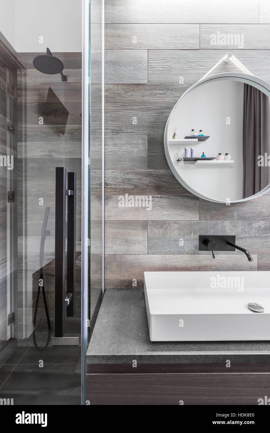 Badezimmer Mit Begehbarer Dusche, Arbeitsplatte Waschbecken Und Fliesen  Holzoptik