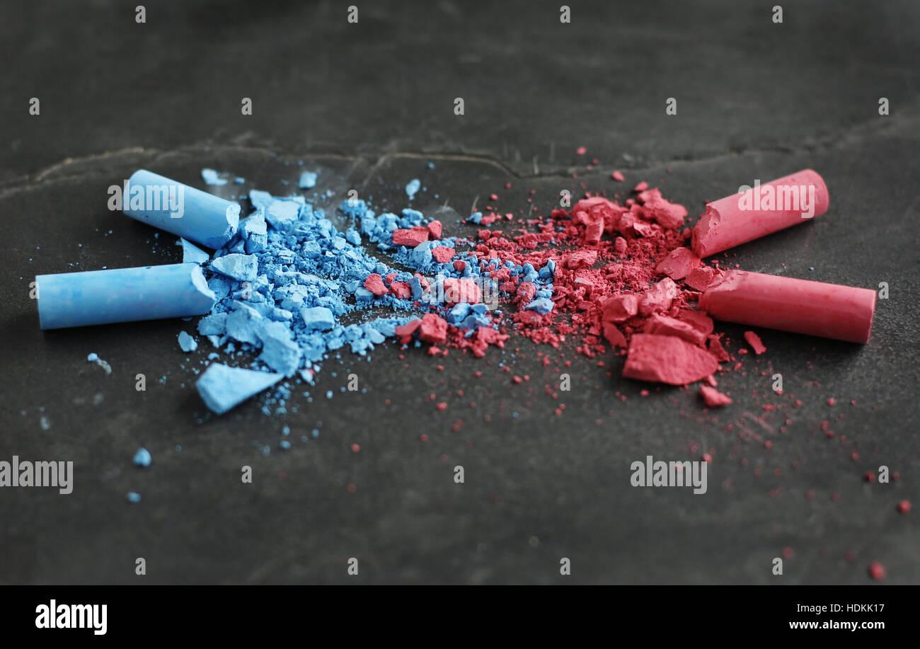 Blaue Kreide und rosa Kreide zerbröckelt und ineinander. Stockbild