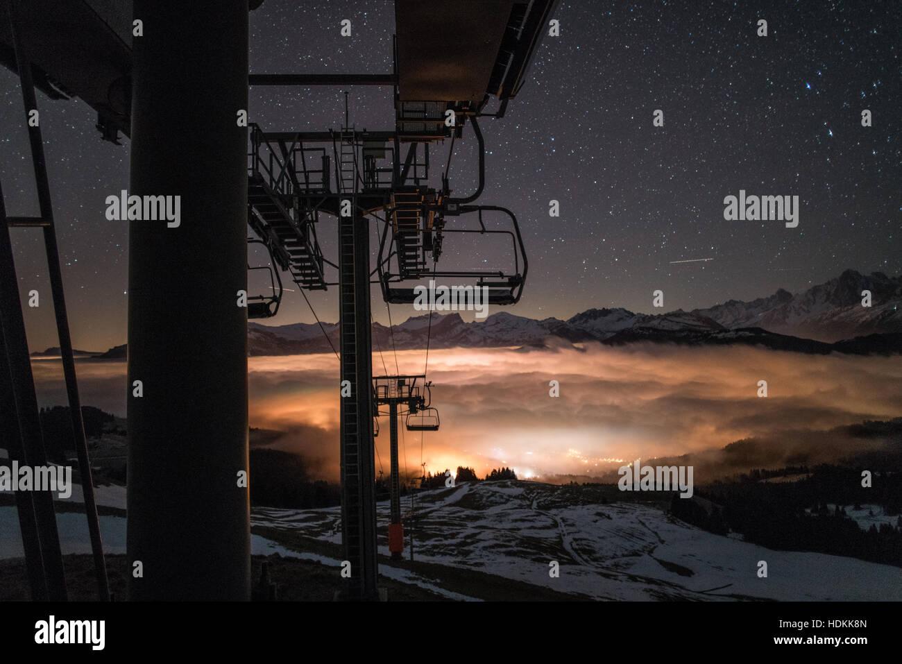 Skigebiet von Saint Gervais Mont Blanc bei Nacht Stockbild