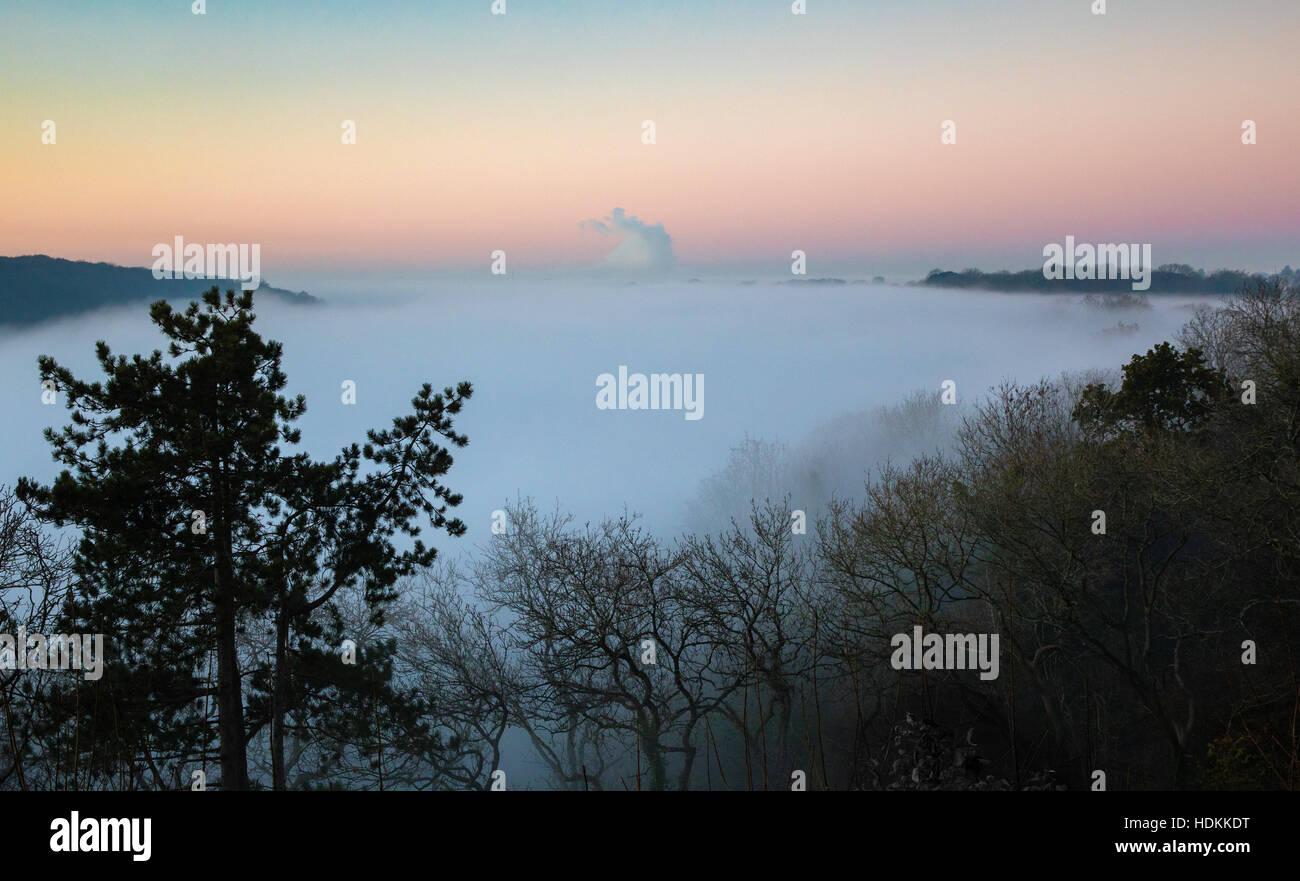Inversion Wolke in die Avon-Schlucht Bristol in der Abenddämmerung von Observatory Hill mit Leigh Woods und Sneyd Stockfoto