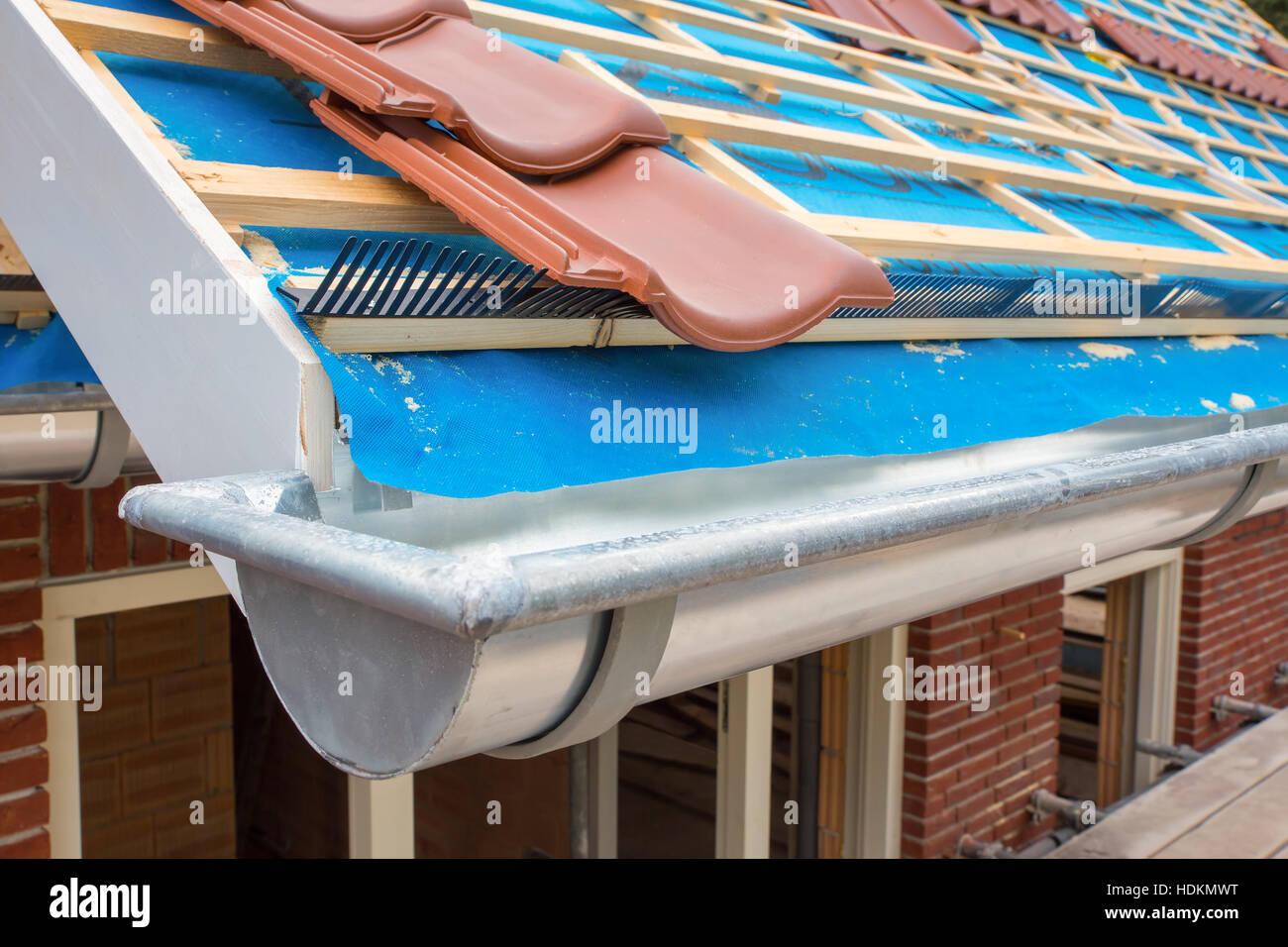 zink dachrinne und dachziegel auf neues haus stockfoto, bild