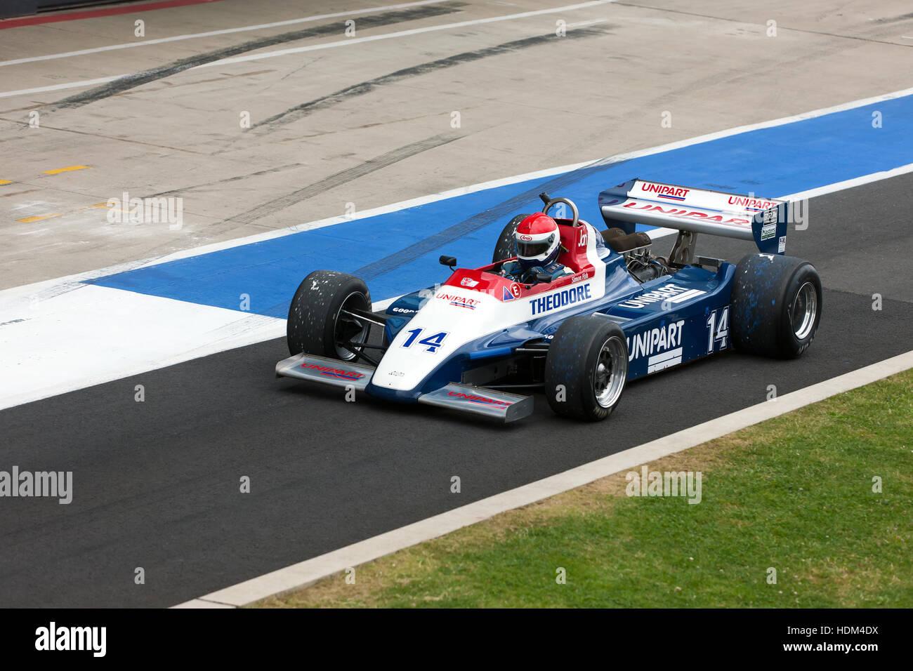 Simon Fish in a1980, Fähnrich N180, verlassen die Box für den Start der FIA Masters Historic F1-Rennen Stockbild