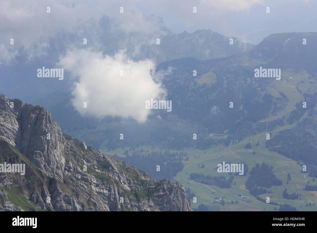 Eine Wolke schwebt vom Säntis in den Schweizer Alpen. Stockbild
