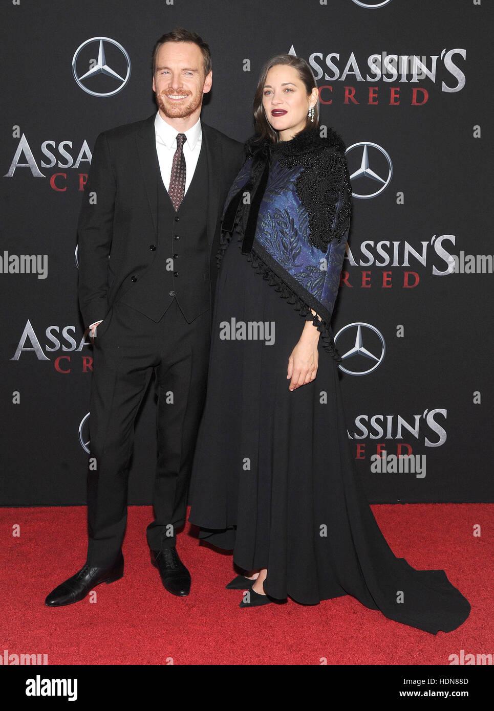 """New York, USA. 13. Dezember 2016. Schauspielerin Marion Cotillard und Michael besucht die """"Assassin's Creed"""" Stockbild"""