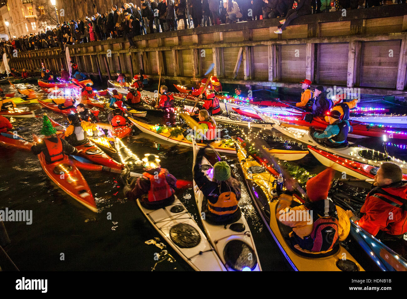 Kopenhagen, Dänemark. 13. Dezember 2016. Hunderte von Paddler sind Kajak und feiern auf der jährlichen Stockbild
