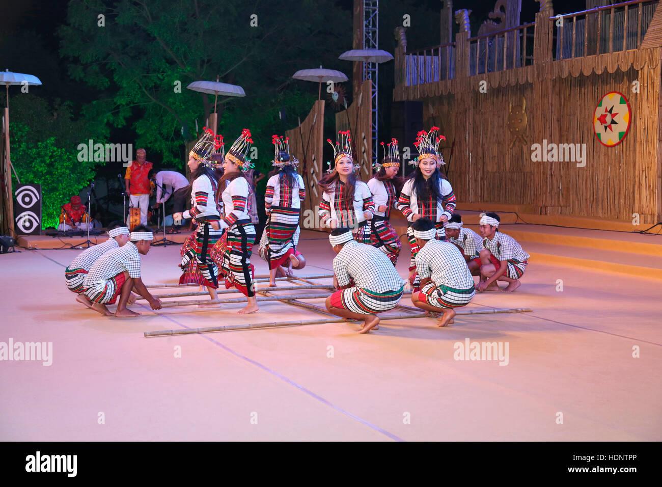 Mizoram Tribal TänzerInnen traditionelle Cheraw Tanz (Bambus-Tanz). Farbenfrohe und unverwechselbare Tanz der Stockbild
