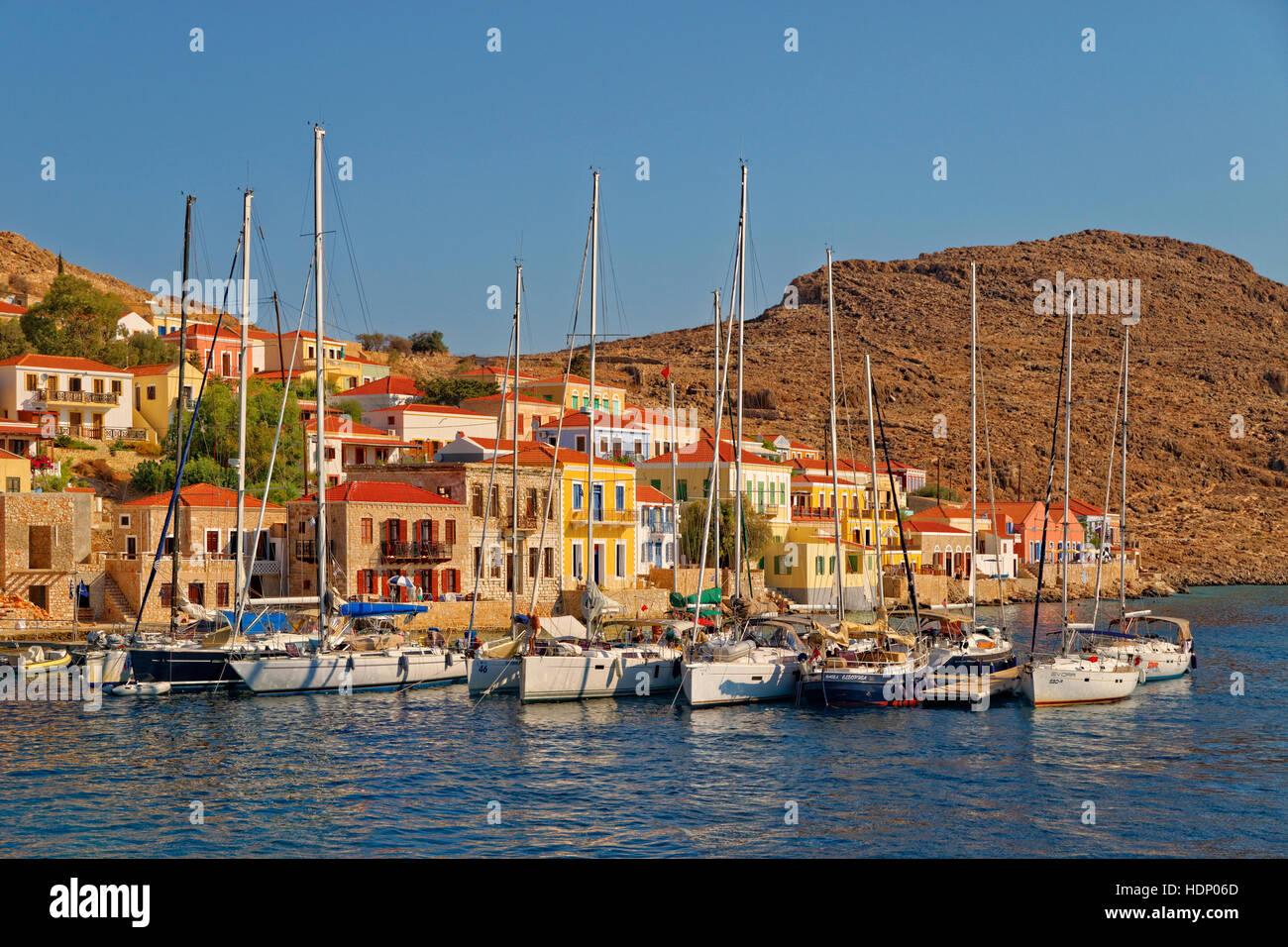 Yacht-Liegeplätze in Chalki Stadt, griechischen Insel Chalki abseits der nördlichen Küste von Rhodos, Dodekanes Stockfoto