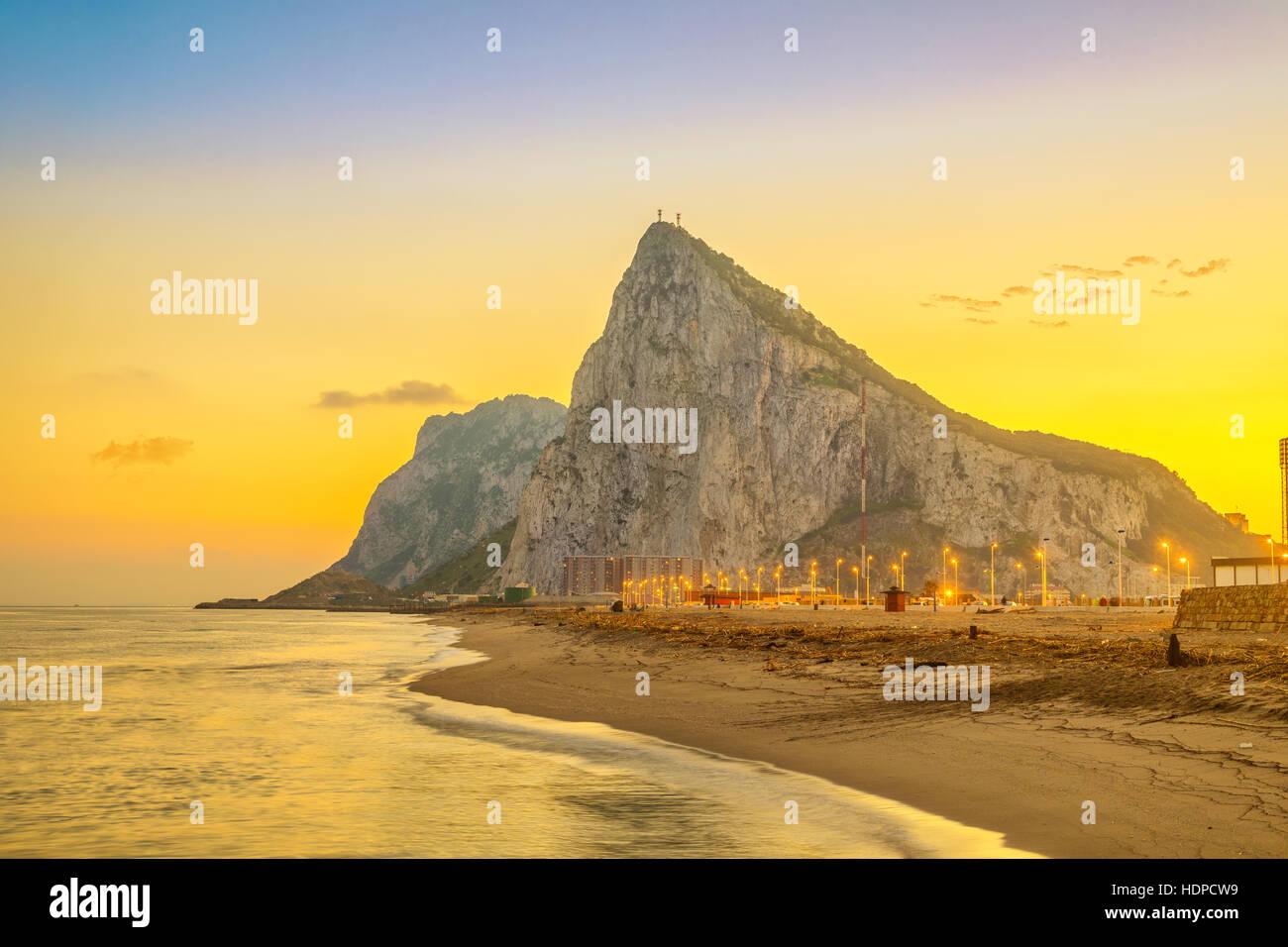 Blick auf die Felsen von Gibraltar bei Sonnenuntergang vom Strand in La Linea De La Concepcion, Andalusien, Spanien Stockbild