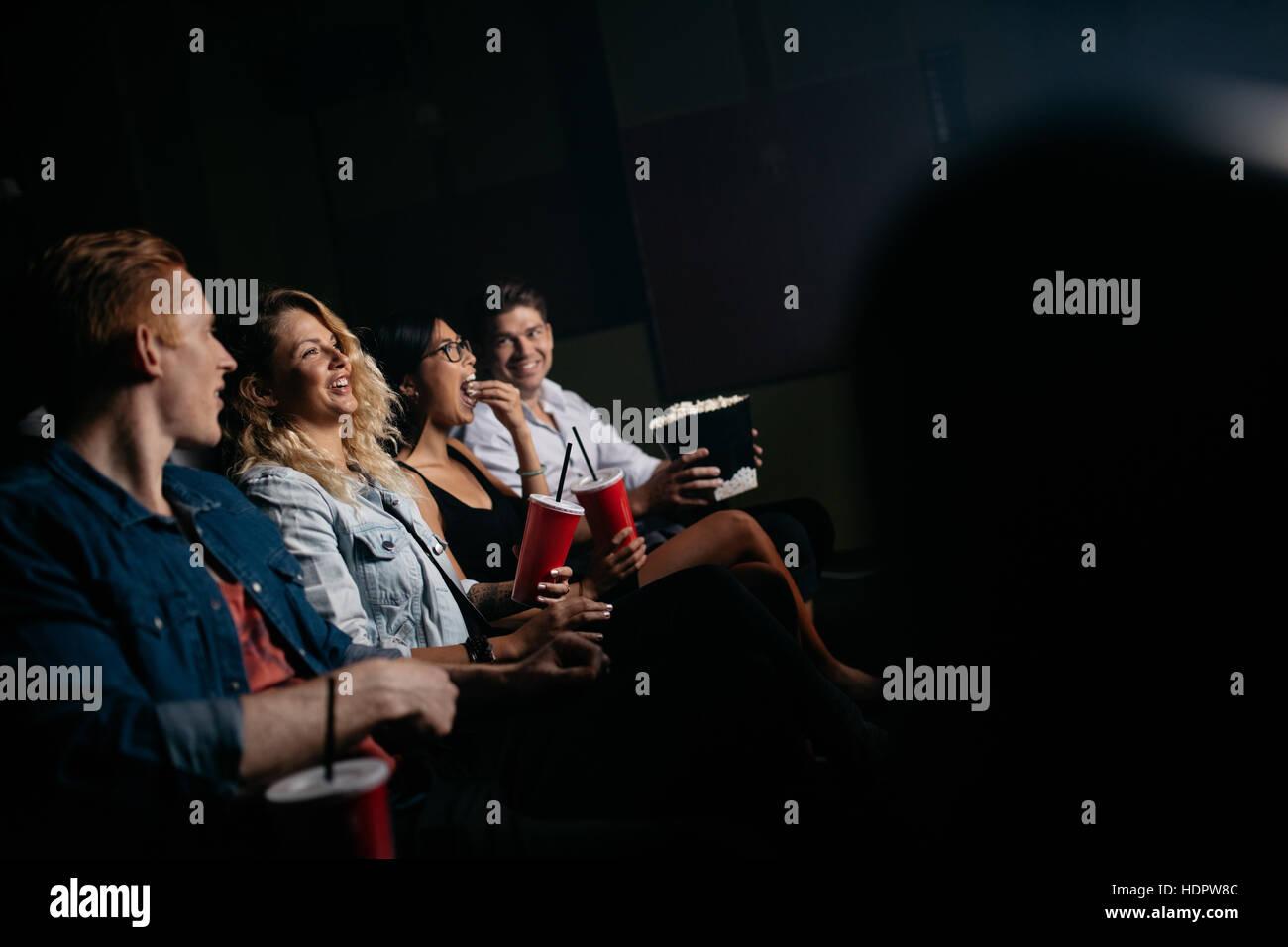 Gruppe von Freunden sitzen im multiplex-Kino mit Popcorn und Getränken. Junge Menschen Film im Kino. Stockbild