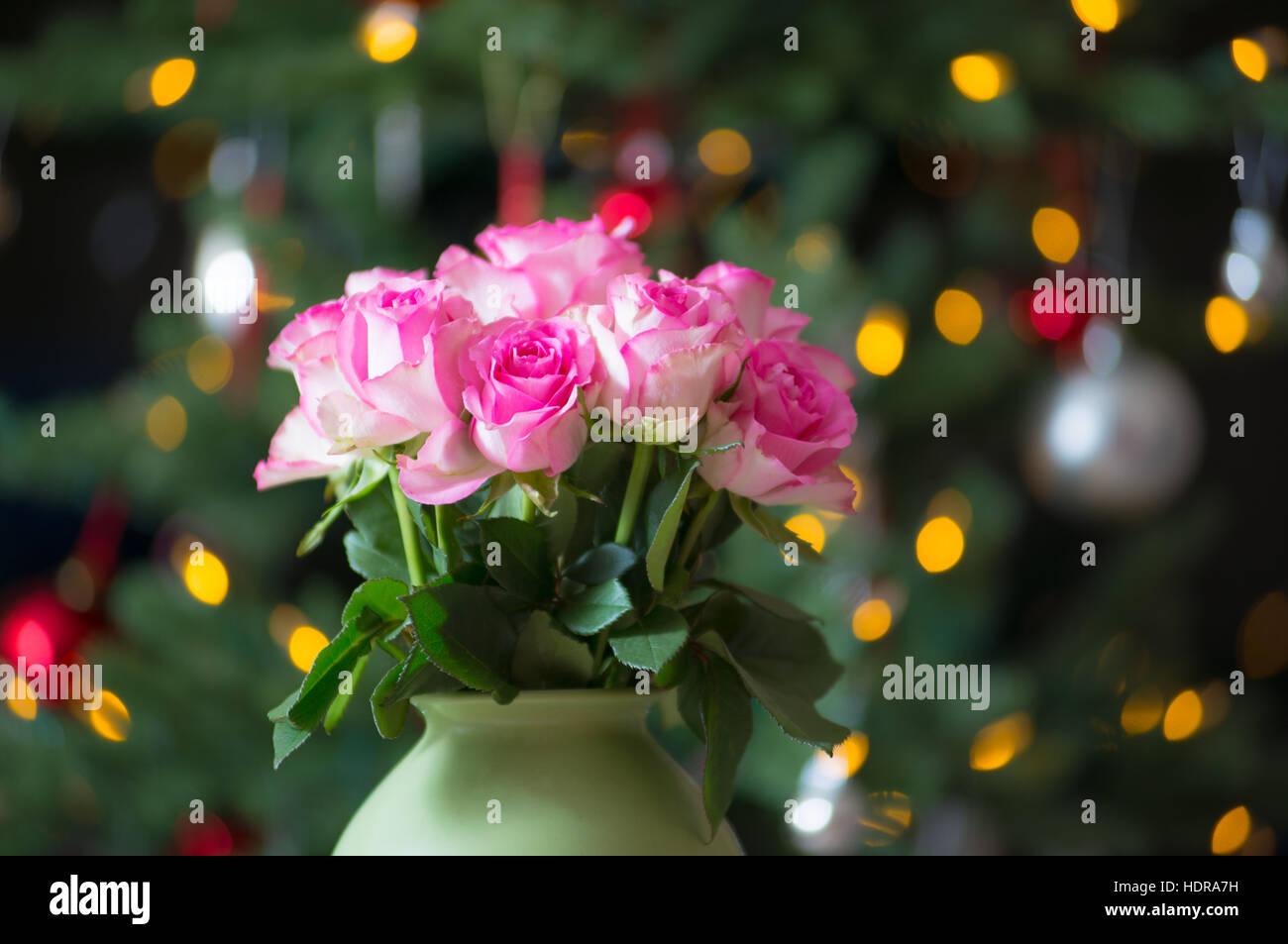 rosa rosen und einen weihnachtsbaum au erhalb der saison k nnen blumen das ganze jahr von ihrem. Black Bedroom Furniture Sets. Home Design Ideas