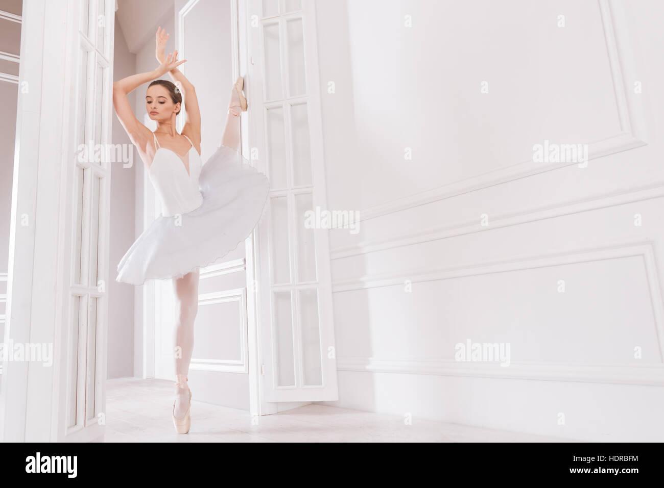 Zarte Ballett-Tänzerin sucht beiseite Stockbild