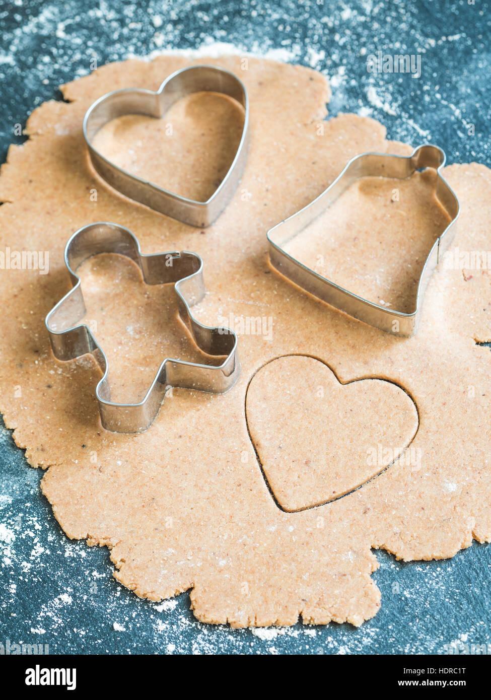 Vorbereitung der Lebkuchen Weihnachtsgebäck. Stockfoto