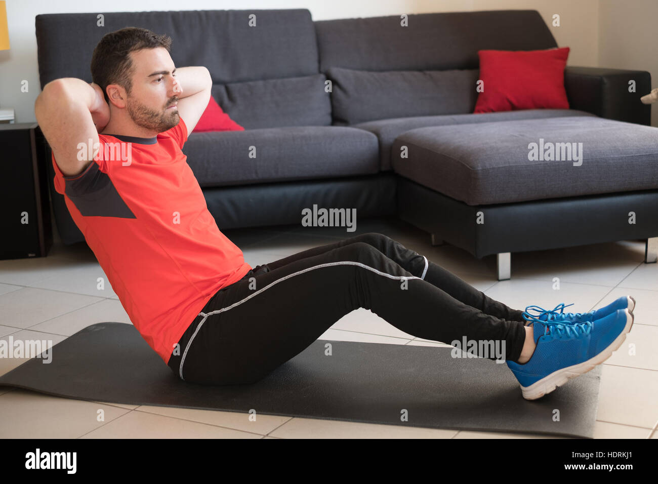 Mann, Körper-Übung zu tun und arbeiten von zu Hause Stockbild