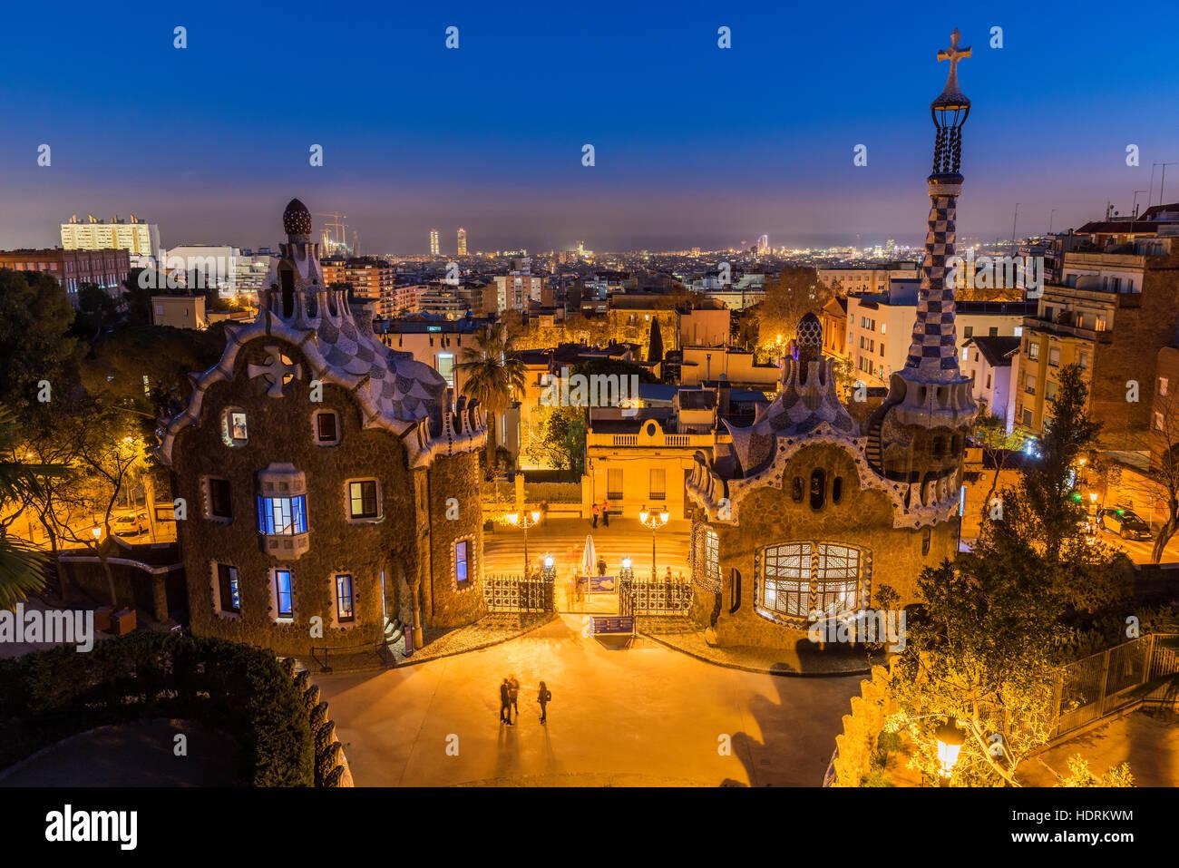 Nachtansicht des Park Güell mit Skyline der Stadt hinter Barcelona, Katalonien, Spanien Stockbild