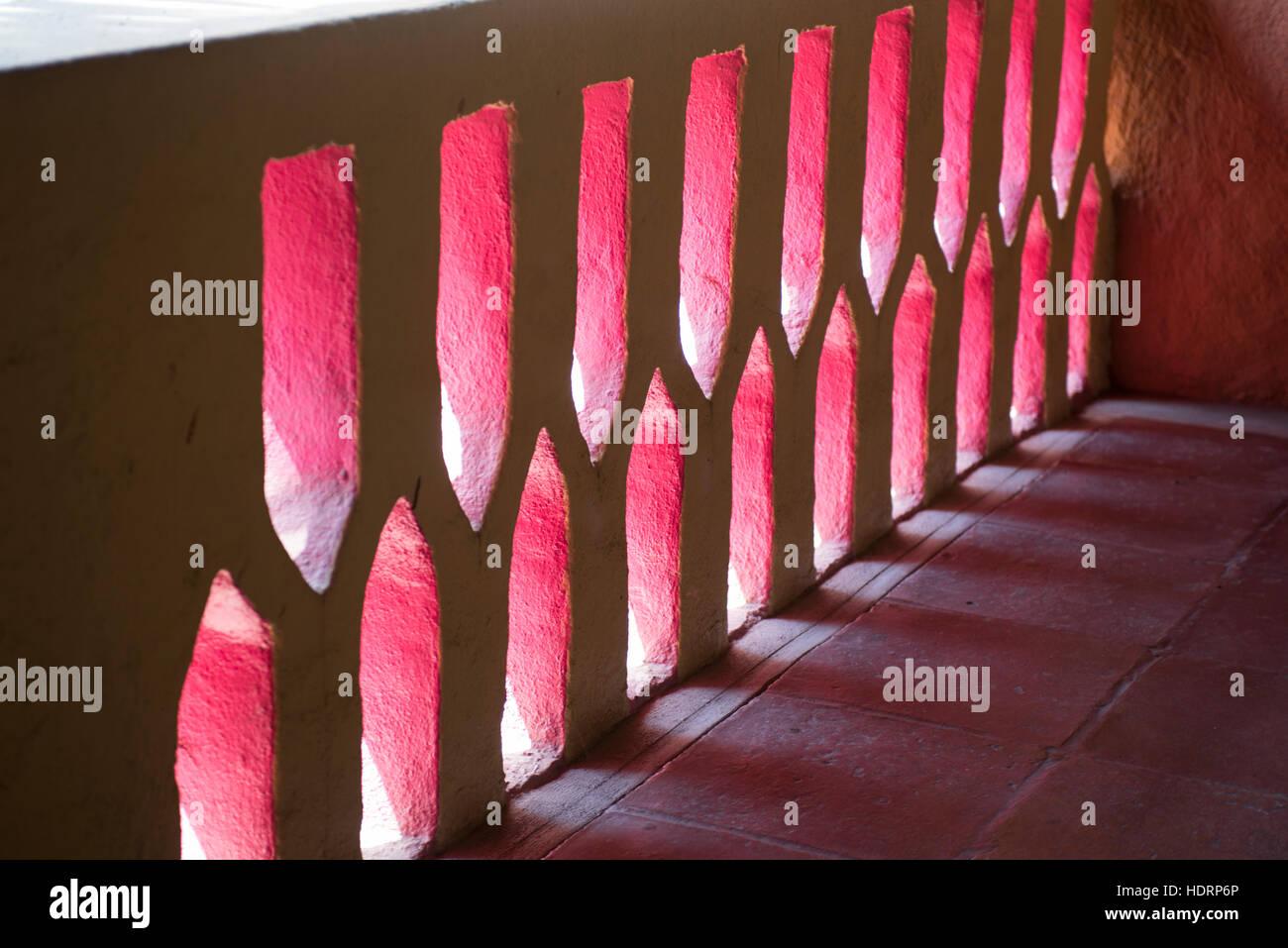 Licht und Schatten durch eine mexikanische rosa bemaltem Stuck Wand; Ixtapa/Zihuatanejo, Mexiko Stockbild