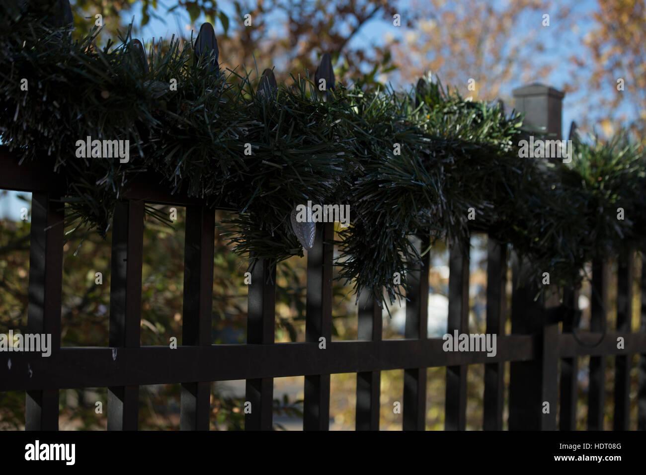 Weihnachtsbeleuchtung Kranz.Weihnachtsbeleuchtung Und Kranz Auf Einem Zaun Stockfoto Bild