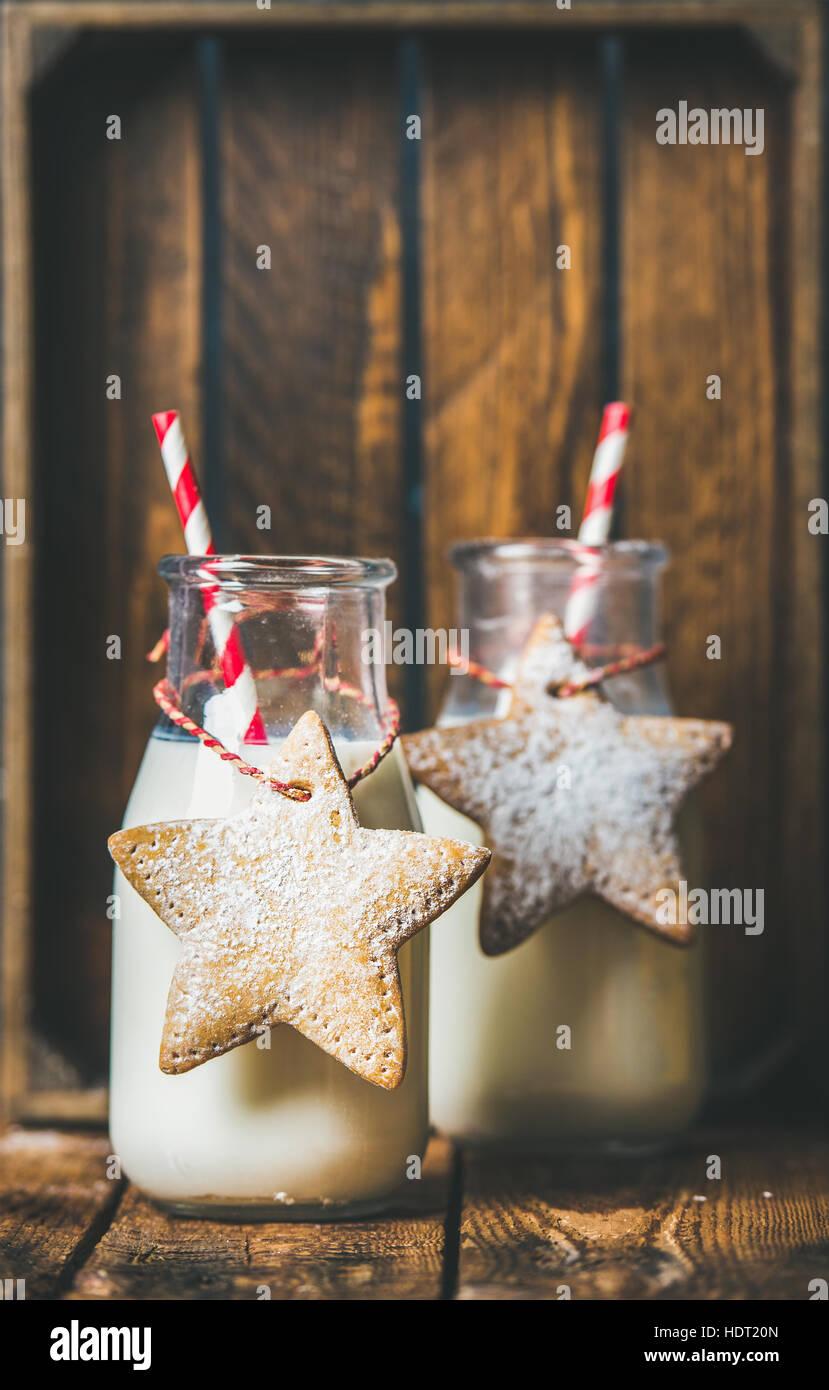 Flaschen mit Milch für Weihnachtsmann und Weihnachten festlich Lebkuchen Stockbild