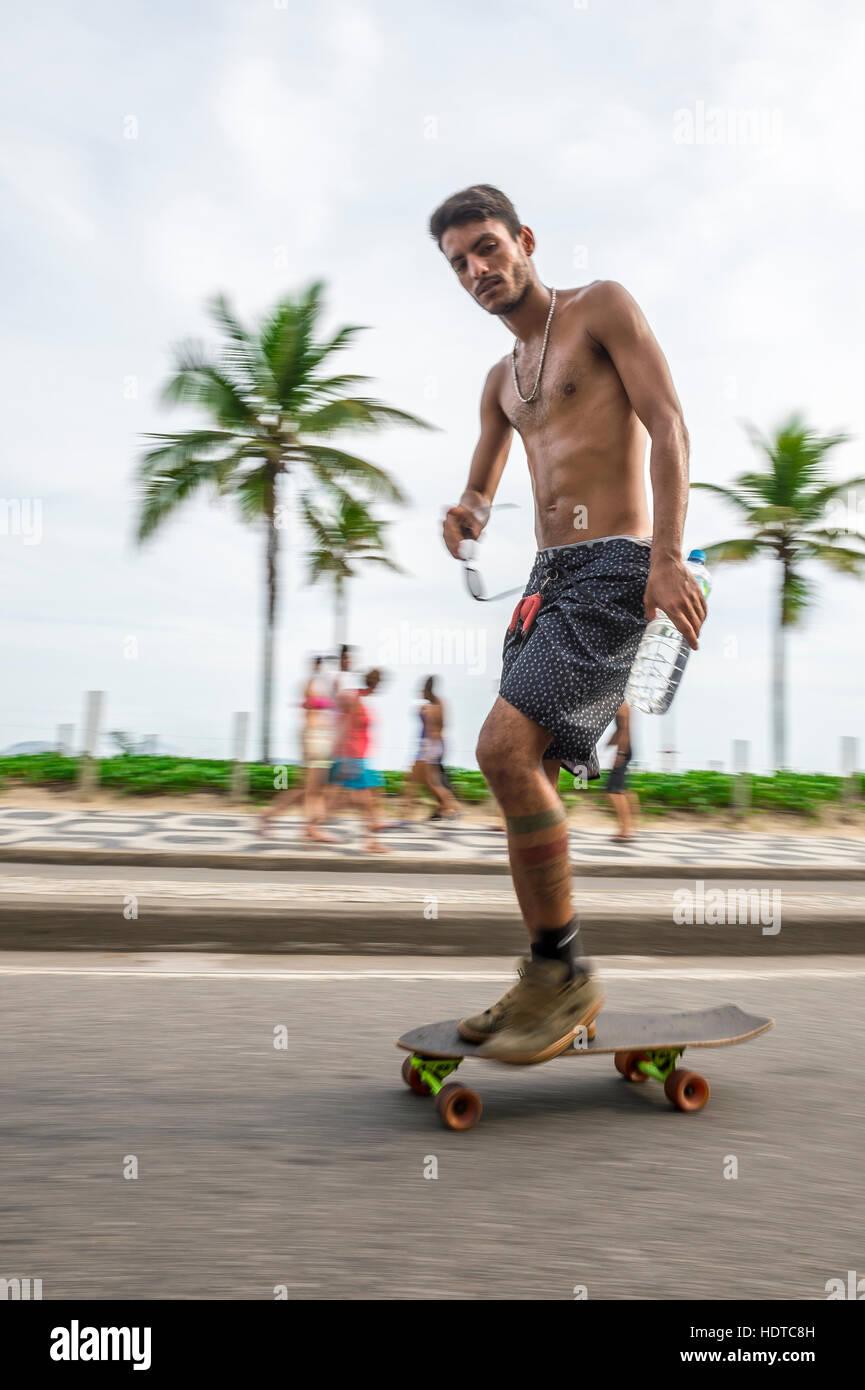 RIO DE JANEIRO - 6. März 2016: Junge Carioca Brasilianer auf Skateboard bewegt sich in eine Bewegungsunschärfe entlang Stockfoto