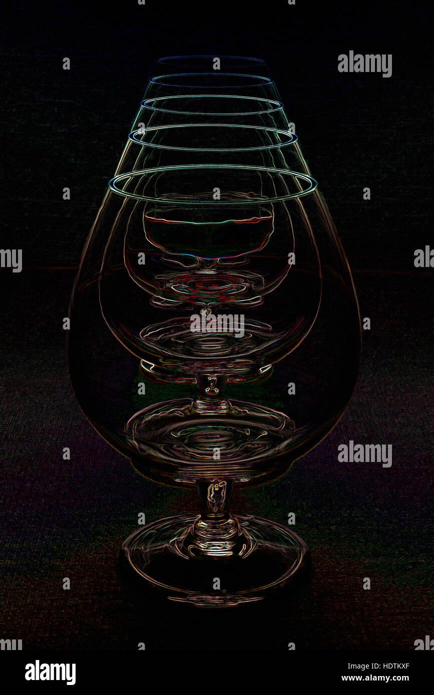 Reihe von Brandy Gläsern - digital manipulierte Bild mit leuchtenden Kanten, abstrakten Wiederholung auf schwarzem Stockbild