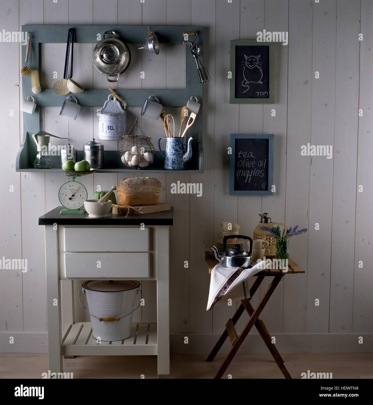 Moderne Küchenutensilien: Grey Monochromatic Town Stockfotos & Grey Monochromatic