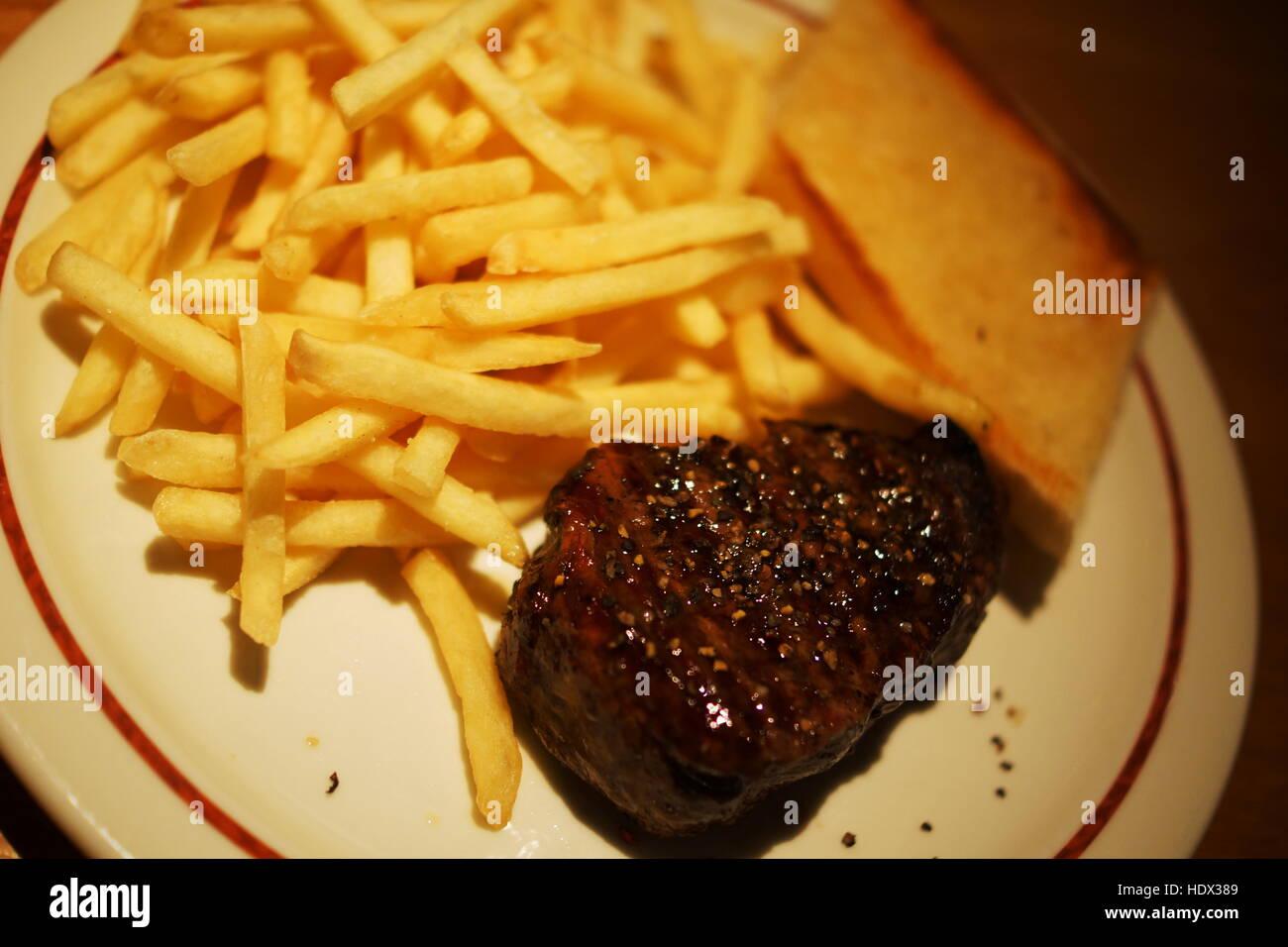 Leckeres Steak mit gebratenen Kartoffeln Stockbild