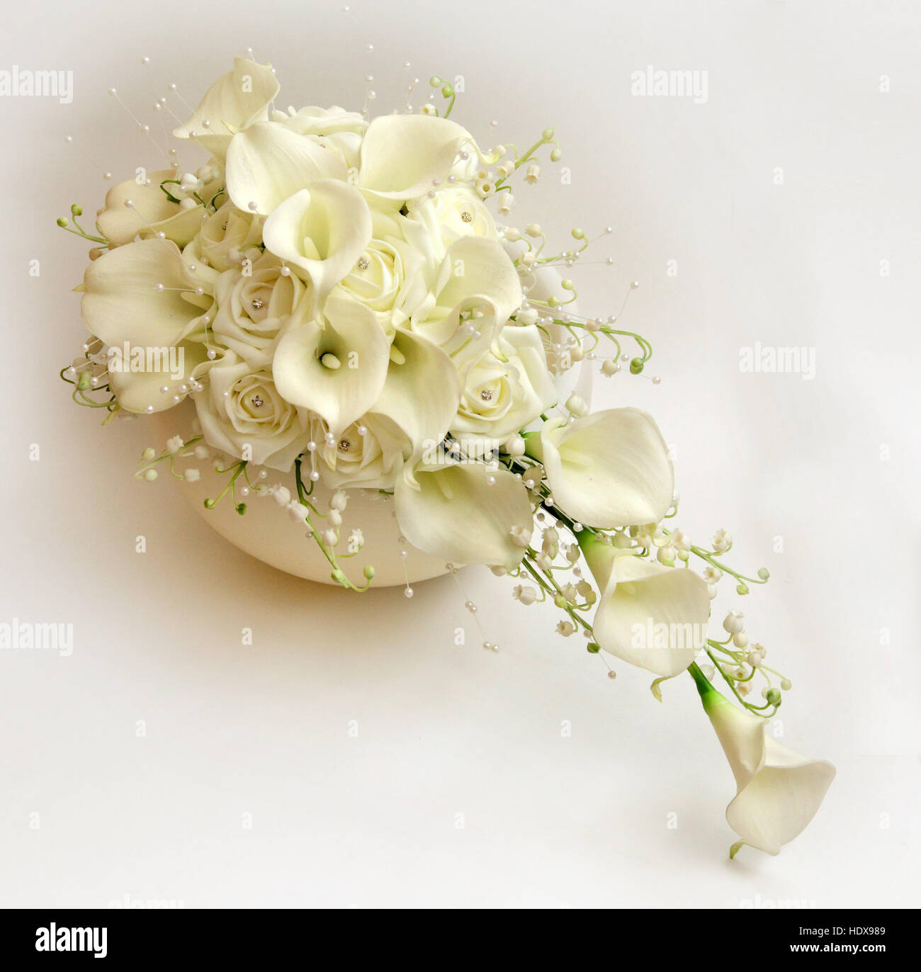 Brautstrauss Aus Rosen Lilien Und Maiglockchen In Weiss Und Creme