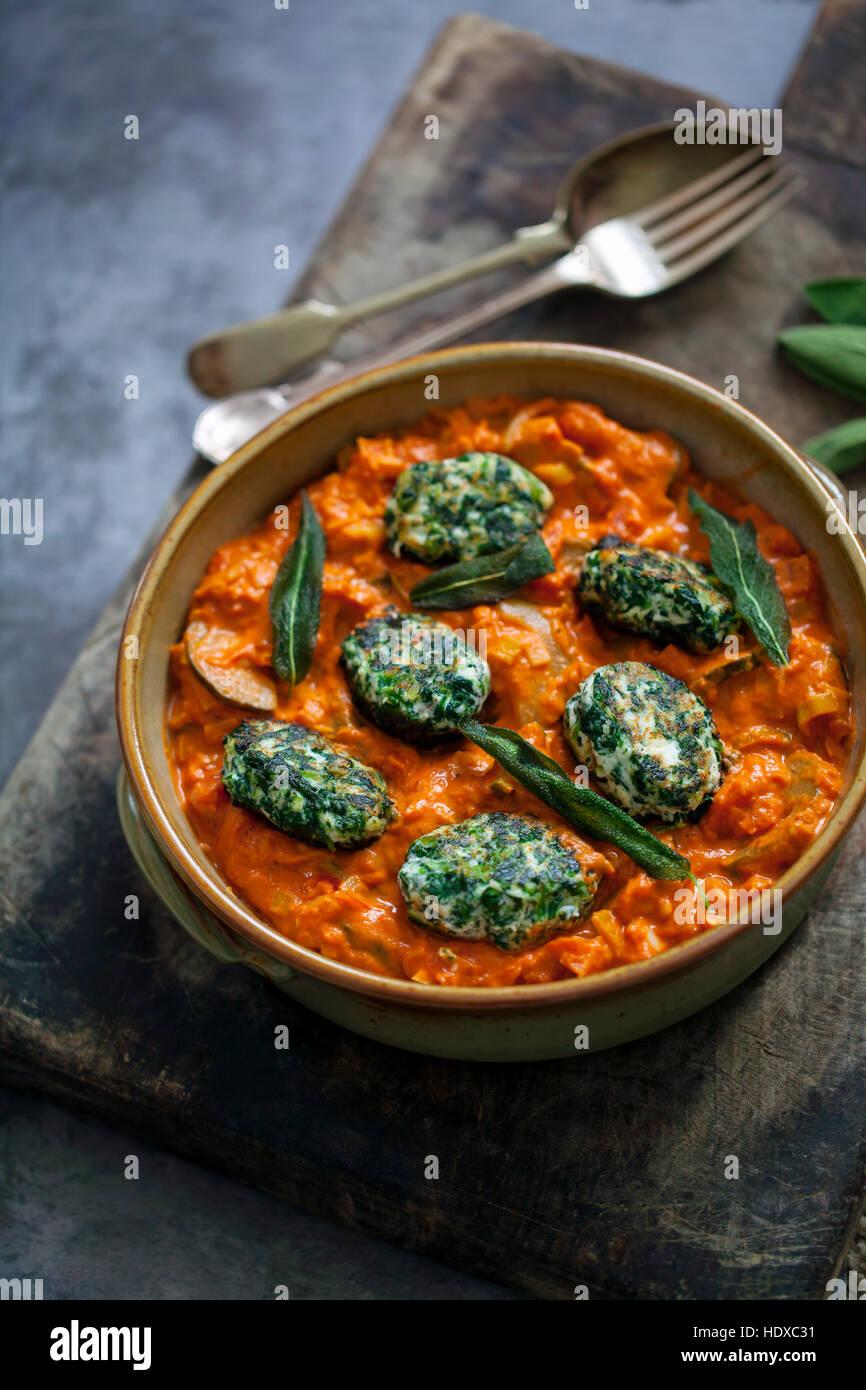 Spinat und Ricotta Teigtaschen in Tomaten-Zucchini-sauce Stockbild